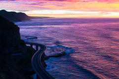 Mare Cliff Bridge su alba alla luce porpora e rosa Fotografie Stock