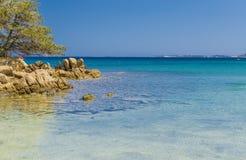 Mare con chiara acqua blu vicino a Palau Sardegna Italia fotografia stock