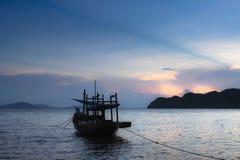 Mare con il tramonto in spiaggia Tailandia Fotografia Stock