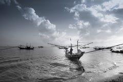 Mare con le barche di tramonto Fotografie Stock Libere da Diritti