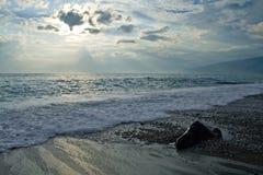 Mare con le onde ed il cielo scuro Immagini Stock
