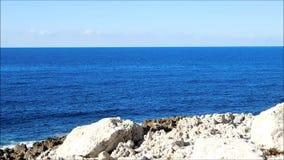 Mare con le rocce all'aperto archivi video