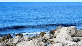Mare con le rocce all'aperto video d archivio