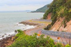 Mare costiero della strada alla baia di Khung Viman Fotografie Stock