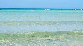Mare cristallino dell'acqua trasparente in Maldive del Salento Puglia Italia video d archivio