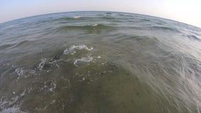 Mare d'ondeggiamento al fondo del cielo blu video d archivio