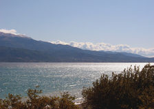 Mare degli alberi e montagna 2 Immagini Stock Libere da Diritti