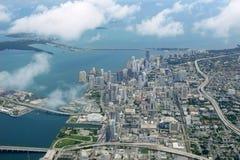 Mare del centro dell'azzurro di vista aerea della città di Miami Immagini Stock Libere da Diritti