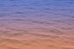 Mare del fondo in un colore di pendenza di arancio e di blu fotografia stock