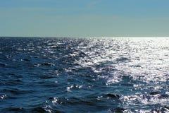 Mare del sud Onde blu Il sole brilla sulle onde Immagini Stock Libere da Diritti