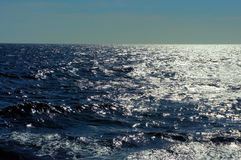Mare del sud Onde blu Il sole brilla sulle onde Fotografia Stock Libera da Diritti