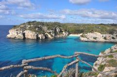 Mare del turchese alla baia su Balearic Island Menorca, spagna immagine stock libera da diritti