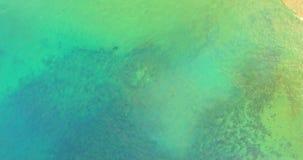 Mare del turchese e sabbia dorata - destinazione di festa archivi video
