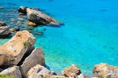 Mare del turchese e scogliere rocciose, Grecia Fotografie Stock