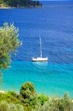 Mare del turchese e una barca a vela, Grecia Immagini Stock