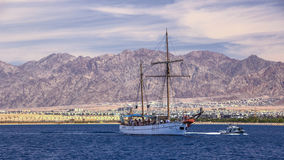 Mare della nave di navigazione in rosso Fotografia Stock Libera da Diritti