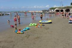 Mare di estate della spiaggia del mare della gente Immagini Stock Libere da Diritti