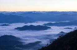 Mare di foschia sopra la foresta pluviale tropicale nella parte settentrionale di Th Fotografia Stock