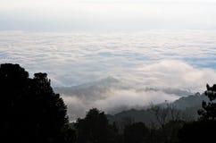 Mare di foschia su alba. Vista dall'alta montagna Fotografia Stock Libera da Diritti