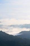 Mare di foschia su alba. Vista dall'alta montagna Immagine Stock