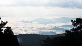 Mare di foschia su alba. Vista dall'alta montagna Immagini Stock Libere da Diritti