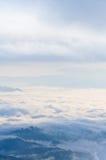 Mare di foschia su alba. Vista dall'alta montagna Immagini Stock