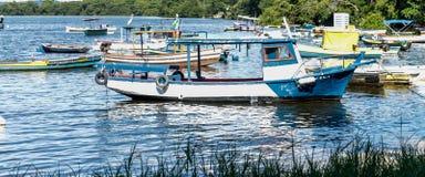 Mare di giorno soleggiato dei pescatori dei pescherecci delle barche e mare ed alberi blu del mare della montagna Immagine Stock Libera da Diritti