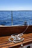 Mare di legno dell'oceano del cielo blu della piattaforma del crogiolo di barca a vela Immagini Stock