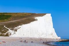 Mare di menzogne di giorno soleggiato della spiaggia delle persone della gente della scogliera della spiaggia di vista frontale c fotografia stock libera da diritti