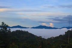 Mare di nebbia con le foreste come priorità alta Fotografia Stock