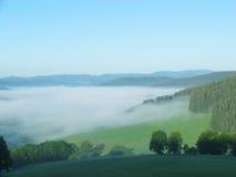 Mare di nebbia nelle montagne Immagine Stock