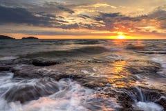 Mare di penombra leggera il cielo blu della roccia Immagini Stock Libere da Diritti