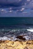 Mare di schiumatura visto dalla costa pietrosa Immagine Stock