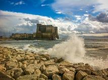Mare di tempesta in Napoli, una vecchia fortezza Fotografie Stock