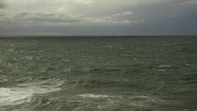 Mare disturbato con un rigonfiamento sulla superficie stock footage