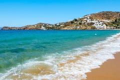 Mare dorato di azzurro e della sabbia sull'IOS, Grecia Immagini Stock