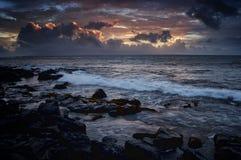 Mare drammatico dell'oceano con la porpora scura Immagini Stock Libere da Diritti