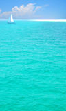 Mare e barca a vela graziosi Fotografie Stock Libere da Diritti