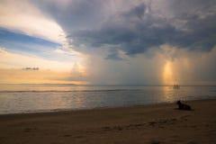 Mare e cane delle nuvole di tempesta fotografie stock libere da diritti