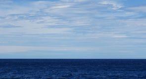 Mare e cielo blu blu profondi con l'isola Niigata di Sado delle nuvole Fotografie Stock