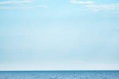 Mare e cielo blu-chiaro Fotografia Stock