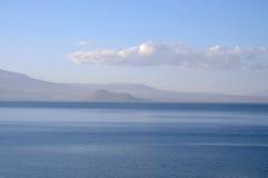 Mare e cielo blu-chiaro calmi Fotografia Stock