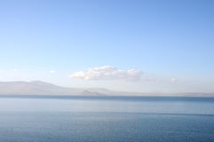 Mare e cielo blu-chiaro calmi Fotografia Stock Libera da Diritti