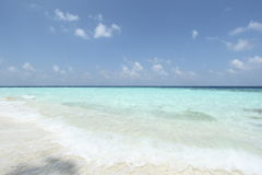 Mare e cielo blu nell'area delle Maldive Immagine Stock