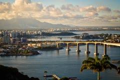 Mare e città del ponte al tramonto Immagine Stock