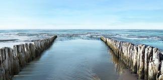 Mare e frangiflutti Fotografie Stock