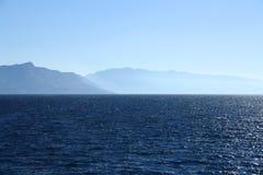 Mare e montagne Fotografia Stock