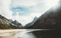 Mare e montagne della spiaggia di Horseid delle isole di Lofoten Fotografie Stock