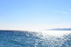 Mare e nuvole blu in cielo sopra  Immagini Stock Libere da Diritti