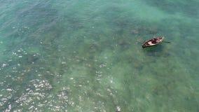 Mare e pescatore sulla barca Fotografie Stock Libere da Diritti